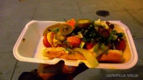 Riquisimo hot dog con jalapeños, cebollas, aguacate y frijoles.