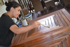 La Sarita detallando la mesa que lijé!