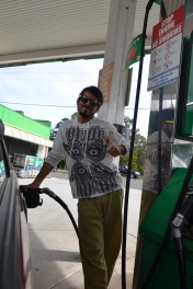 La primera parada fue para llenar nuestro autito con bencina =)