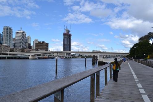 Una muy buena opción dentro de la ciudad es simplemente caminar.