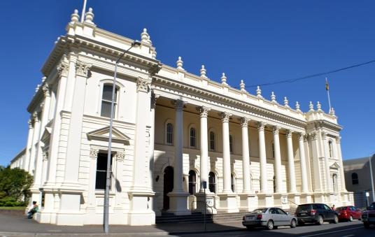 Y el impecable ayuntamiento de la ciudad